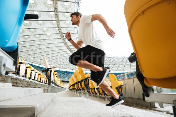 Yandan görünüş genç erkek koşucu çalışma üst katta Stok fotoğraf © deandrobot
