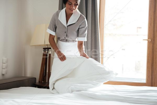 Empregada para cima branco cama folha quarto de hotel Foto stock © deandrobot