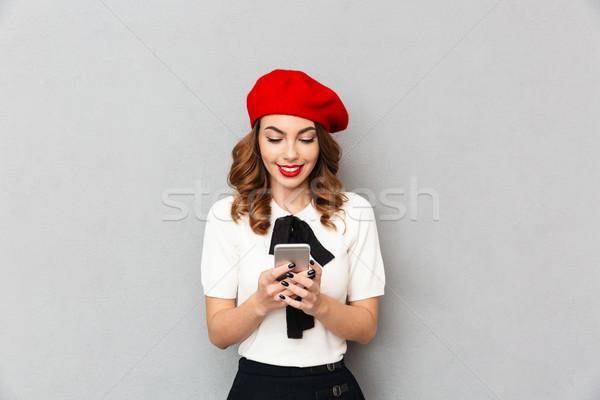 Retrato sonriendo colegiala uniforme teléfono móvil aislado Foto stock © deandrobot