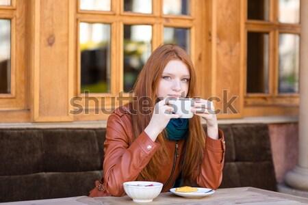 Megszégyenített hölgy olvas üzenet mobiltelefon szomorú Stock fotó © deandrobot