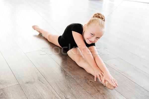 Kislány ballerina zsinór balett stúdió mosolyog Stock fotó © deandrobot