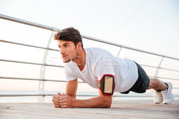 élégant jeunes sérieux planche exercice Photo stock © deandrobot