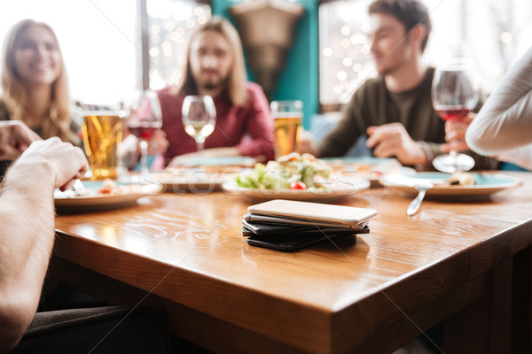 Stockfoto: Mobiele · telefoons · tabel · vrienden · vergadering · cafe · foto