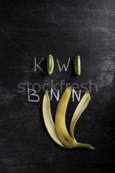 Kiwi banana escuro quadro-negro topo ver Foto stock © deandrobot