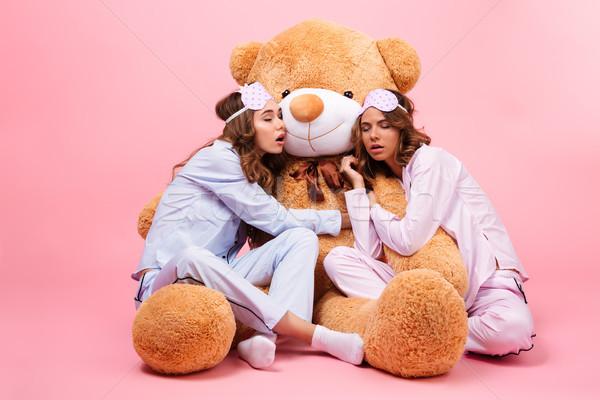 Twee jonge mooie meisjes pyjama vergadering Stockfoto © deandrobot