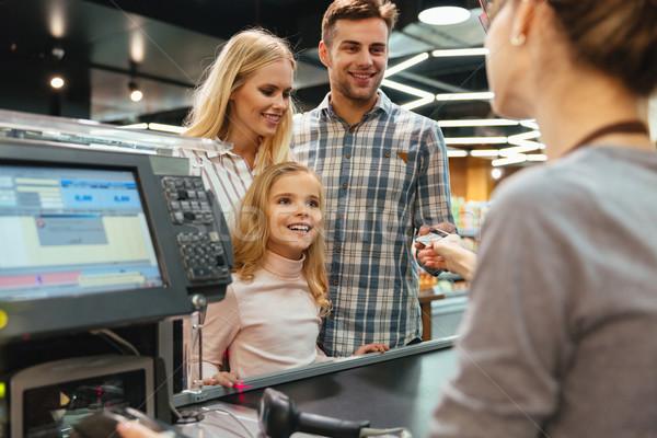 Jeunes famille payer carte de crédit magasin affaires Photo stock © deandrobot