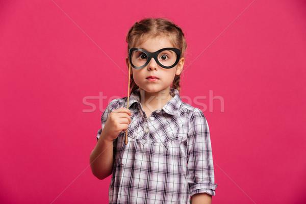 Schockiert kleines Mädchen Kind halten Fake Gläser Stock foto © deandrobot