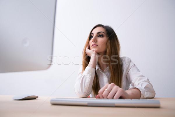 Jeunes belle femme regarder suivre bureau femme Photo stock © deandrobot