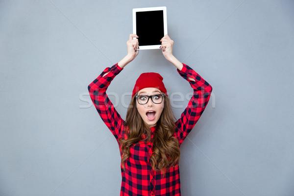 Vrouw tonen scherm portret vrolijk Stockfoto © deandrobot