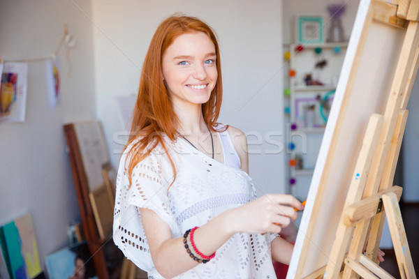 Cute freudige Frau Künstler genießen Zeichnung Stock foto © deandrobot