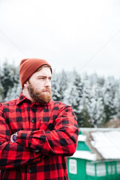Sérieux barbu jeune homme permanent mains pliées Photo stock © deandrobot
