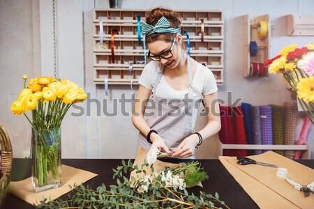 Foto stock: Mujer · sonriente · florista · pie · ramo