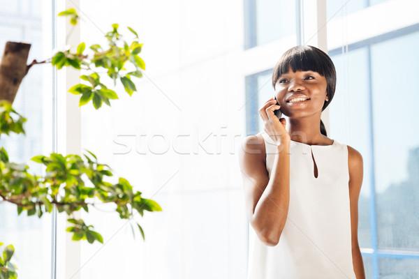Foto stock: Afro · americano · mujer · hablar · teléfono · oficina
