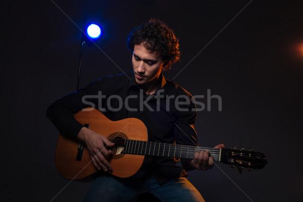 Joven jugando guitarra oscuro moda pelo Foto stock © deandrobot