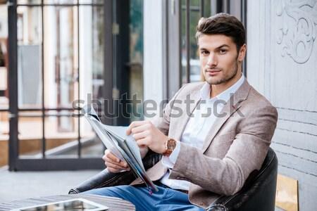 Jóvenes guapo empresario lectura periódico Cafetería Foto stock © deandrobot