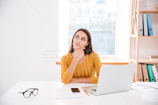 üzletasszony ül iroda álmodik fotó pulóver Stock fotó © deandrobot