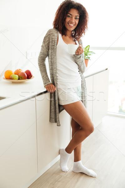 Shot jonge vrouw permanente keuken vrolijk afrikaanse Stockfoto © deandrobot