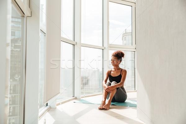 Fiatal nő sportruha pózol fal fiatal higgadt Stock fotó © deandrobot