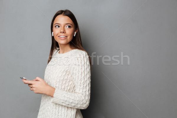 Ritratto felice attraente ragazza maglione ascoltare musica wireless Foto d'archivio © deandrobot