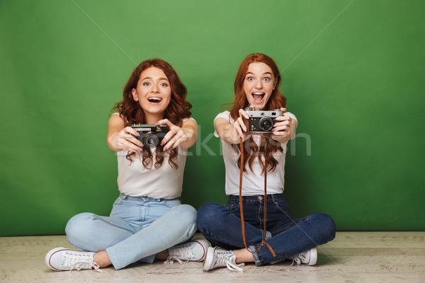 Fotografia dwa wesoły dziewcząt 20s Zdjęcia stock © deandrobot