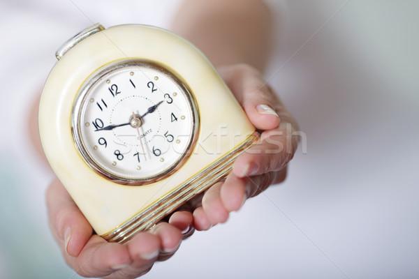 Jonge vrouw klokken vrouw hand Stockfoto © deandrobot
