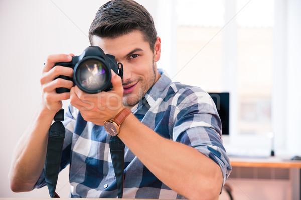 Hombre disparo foto cámara casual tela Foto stock © deandrobot