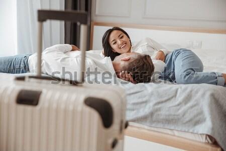 Twee aantrekkelijk zusters tweelingen bed slaapkamer Stockfoto © deandrobot