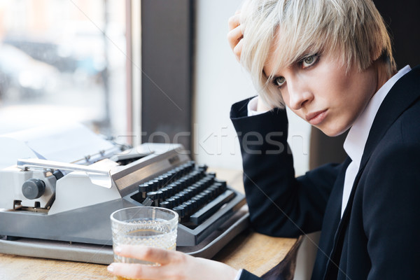 Mooie jonge blond meisje vergadering drinken Stockfoto © deandrobot