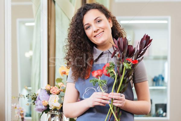 Belle femme fleuriste permanent Photo stock © deandrobot