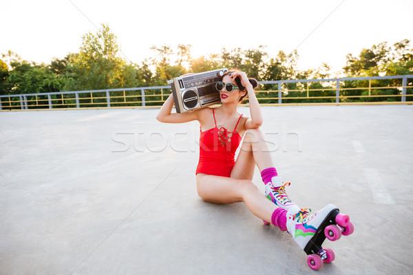 Dziewczyna czerwony strój kąpielowy słuchania muzyki gramofonu Zdjęcia stock © deandrobot
