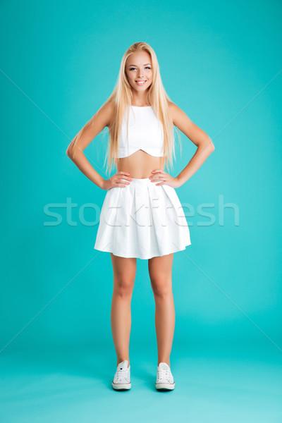 Glimlachend vrouw permanente handen heupen Stockfoto © deandrobot