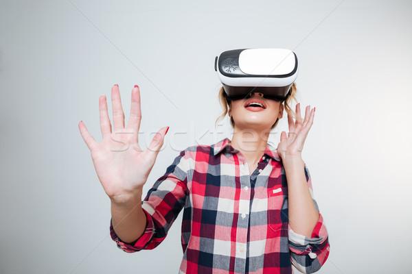Mulher jovem camisas virtual realidade dispositivo estúdio Foto stock © deandrobot