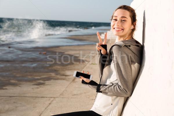 Közelkép fotó boldog sport nő mutat Stock fotó © deandrobot