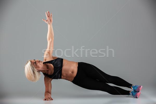 Portret gericht gespierd volwassen vrouw Stockfoto © deandrobot