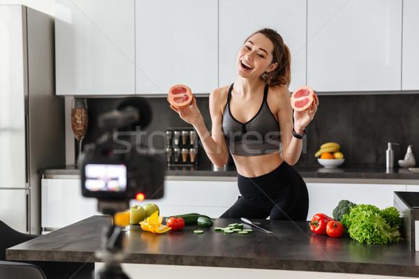 Aantrekkelijk gezonde jong meisje video blog gezonde voeding Stockfoto © deandrobot