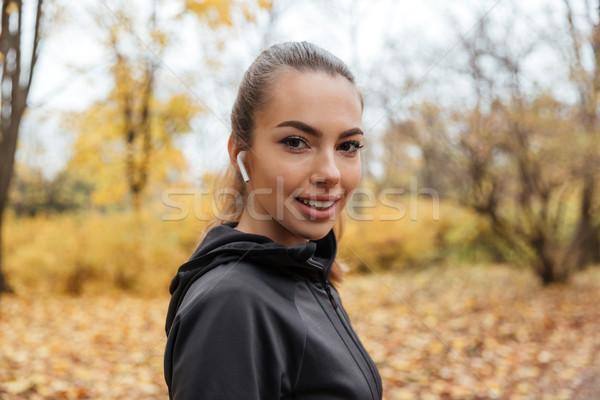 Portré mosolyog csinos fitnessz lány fülhallgató Stock fotó © deandrobot