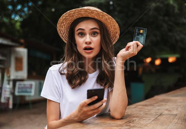 Scioccato giovane ragazza plastica carta di credito cellulare Foto d'archivio © deandrobot