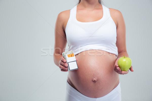 Donna incinta sigarette mela foto isolato Foto d'archivio © deandrobot