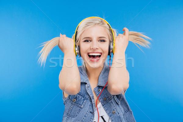 Derűs női tinédzser tart zene mosoly Stock fotó © deandrobot