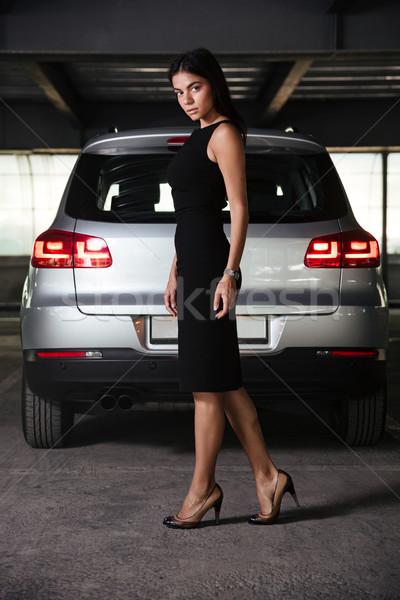 Mujer de negocios vestido negro caminando coche aparcamiento atractivo Foto stock © deandrobot