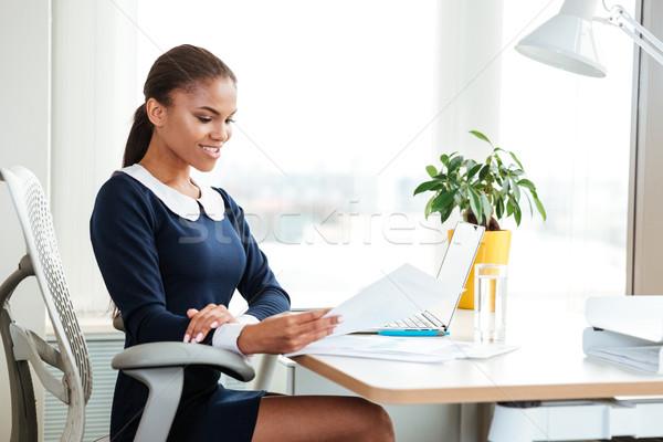 Сток-фото: африканских · деловой · женщины · месте · платье · сидят · таблице
