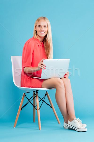 女性 赤いドレス 座って 椅子 ノートパソコン ストックフォト © deandrobot