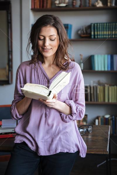 Portre gülen gündelik olgun kadın okuma kitap Stok fotoğraf © deandrobot