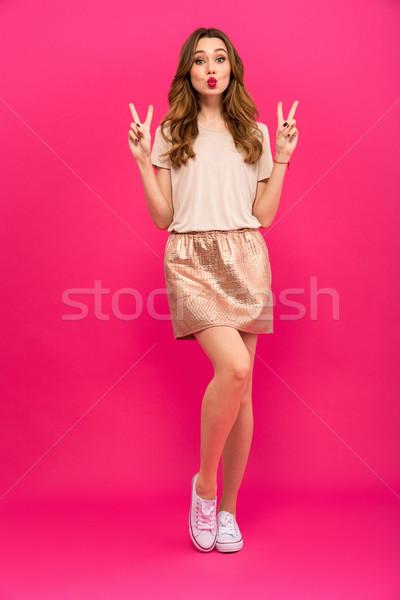 Güzel sevimli kadın barış jest Stok fotoğraf © deandrobot