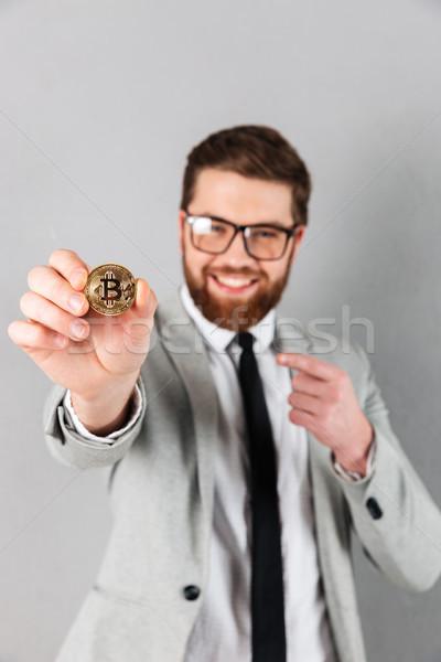 Porträt zufrieden Geschäftsmann Anzug Hinweis Finger Stock foto © deandrobot