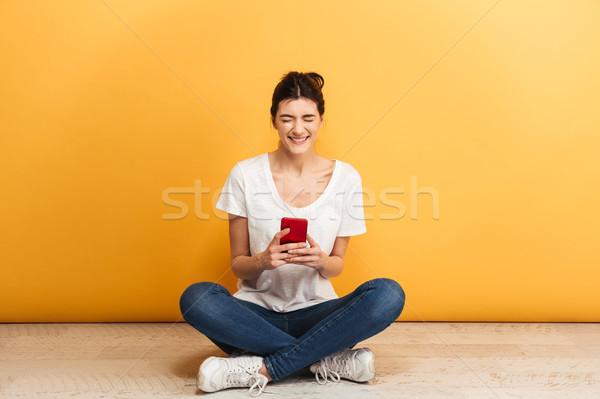 Portret tevreden jonge vrouw mobiele telefoon vergadering Stockfoto © deandrobot