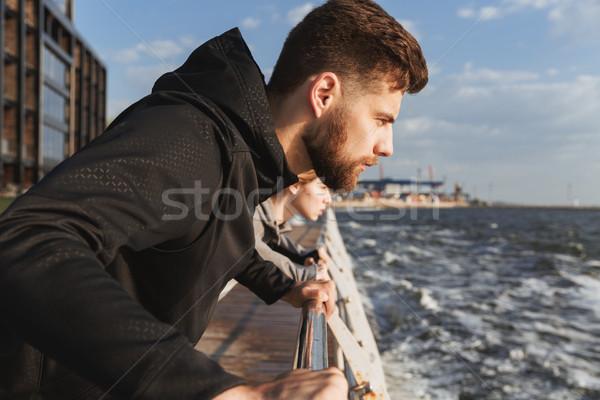 Közelkép koncentrált fitnessz férfi felfelé tengerpart Stock fotó © deandrobot