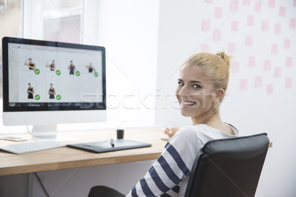 Glimlachend vrouwelijke foto editor vergadering tabel Stockfoto © deandrobot