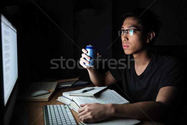 Férfi tanul számítógép iszik üdítő komoly Stock fotó © deandrobot