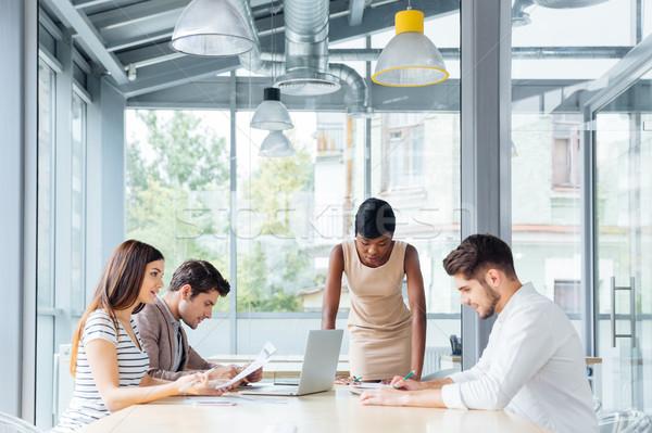 Jeunes gens d'affaires réunion chef d'équipe groupe heureux Photo stock © deandrobot